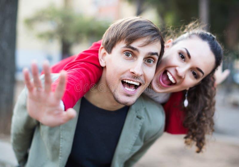 Портрет смеясь над взрослых любя один другого стоковое фото rf