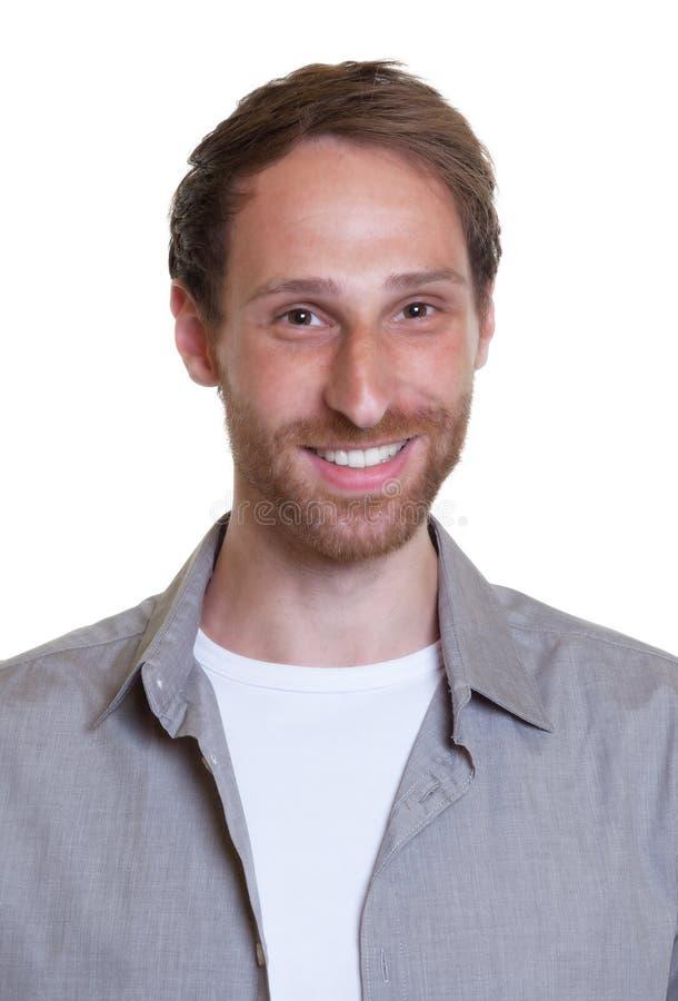 Портрет смеясь над немецкого парня с бородой стоковое фото