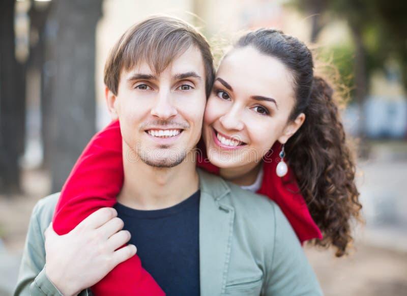 Портрет смеяться над счастливым любящим одином другого стоковое изображение rf