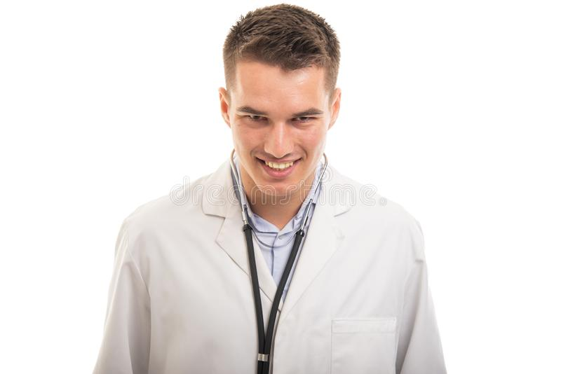 Портрет смотреть камеры молодого красивого доктора усмехаясь стоковое изображение rf