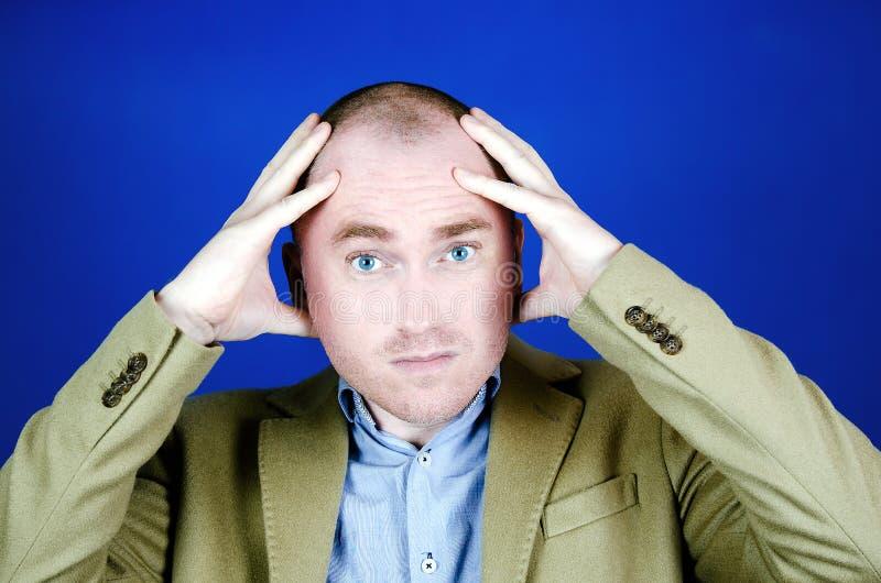 Портрет смущенной или удивленной белой лысой царапины человека его голова t стоковое изображение rf
