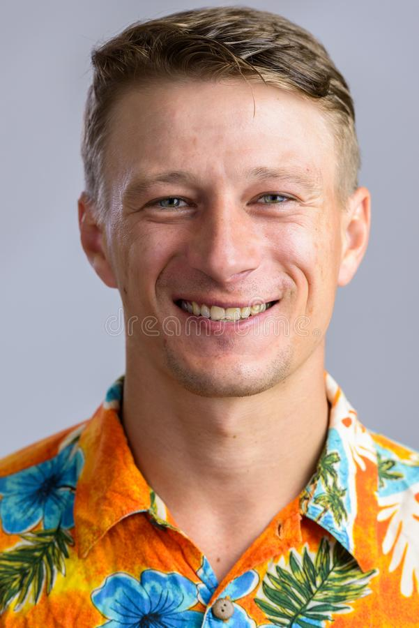 Портрет снятый молодого счастливого кавказского человека в iso гавайской рубашки стоковое изображение