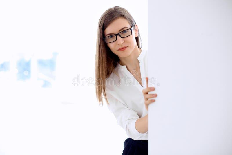 Портрет современной бизнес-леди в офисе с зоной космоса экземпляра стоковое фото rf