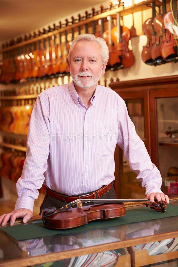 Портрет создателя скрипки в магазине стоковое фото rf
