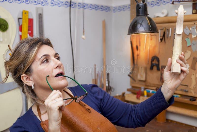Портрет создателя скрипки женщины зрелого стоковое фото