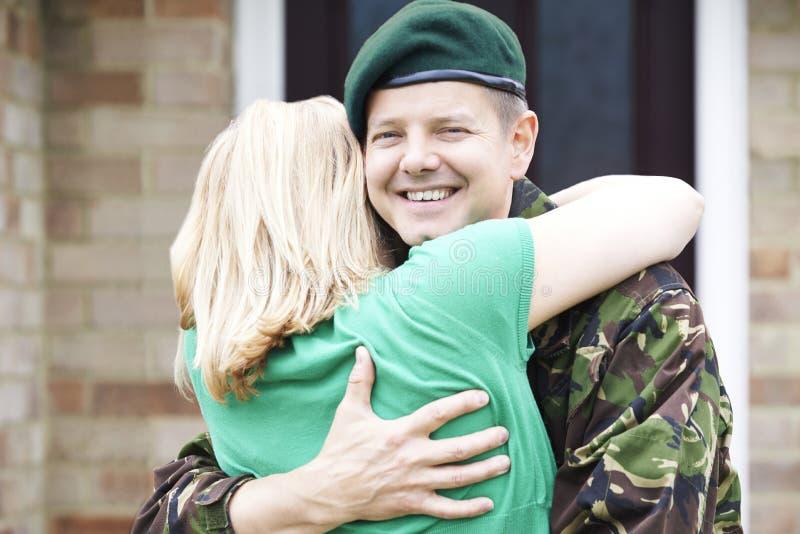 Портрет солдата обнимая дом жены на разрешении от армии стоковая фотография