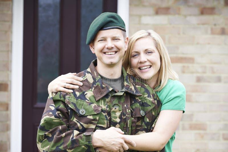 Портрет солдата с домом жены на разрешении от армии стоковое изображение rf