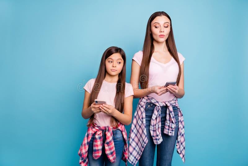 Портрет сообщения 2 славного милого очаровательного привлекательного прекрасного winsome женственного girlish прям-с волосами sms стоковое изображение