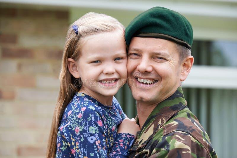 Портрет солдата на разрешении обнимая дочь стоковое изображение