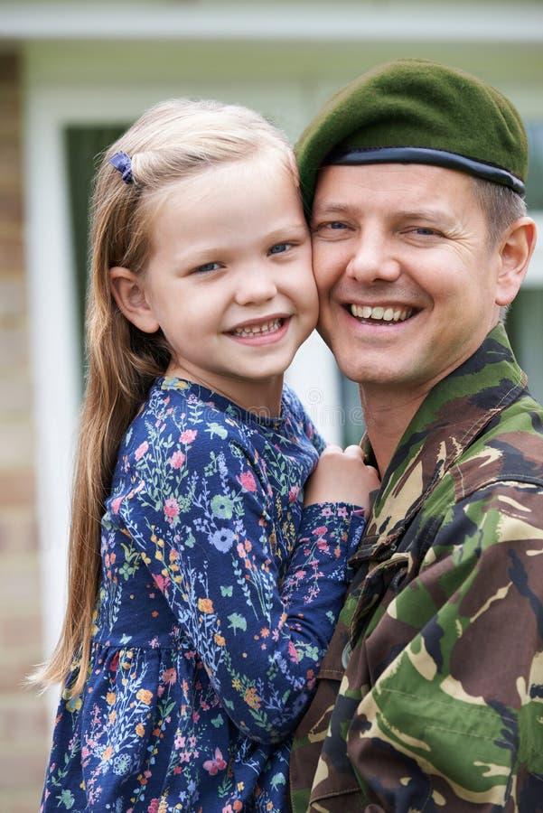 Портрет солдата на разрешении обнимая дочь стоковые фото