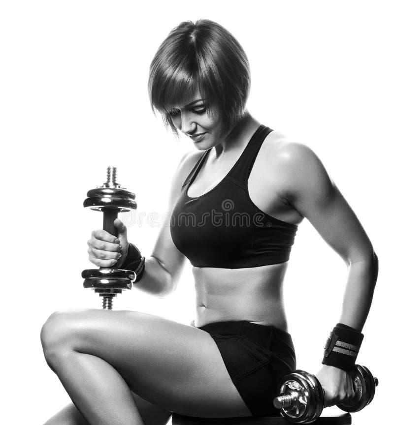 Портрет спортсменки redhead молодой сидя и держа dum стоковое изображение rf