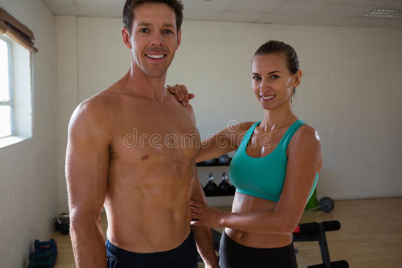 Портрет спортсменов стоя в студии фитнеса стоковая фотография rf