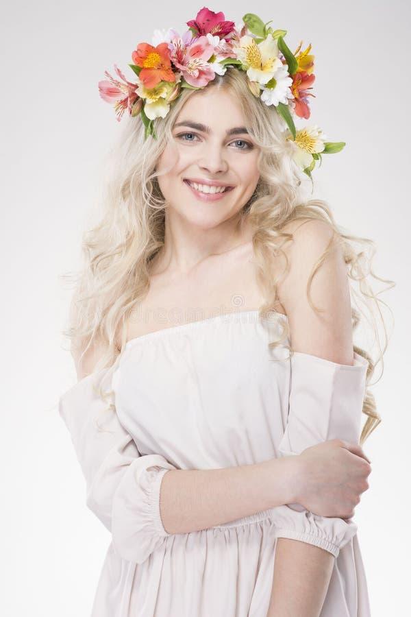 портрет способа красотки Красивая женщина с вьющиеся волосы, составом стоковые фото