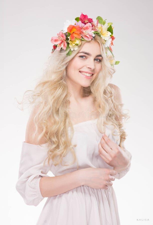 портрет способа красотки Красивая женщина с вьющиеся волосы, составом стоковая фотография rf