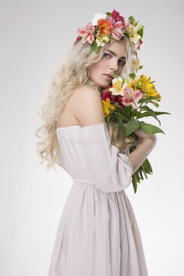 портрет способа красотки Красивая женщина с вьющиеся волосы, составом стоковые изображения