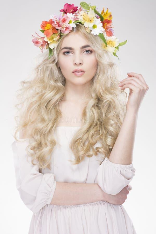 портрет способа красотки Красивая женщина с вьющиеся волосы, составом стоковая фотография
