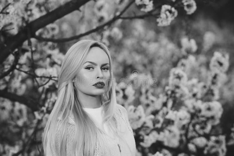портрет способа красотки красный состав губ на стороне цветения женщины весной стоковое фото rf