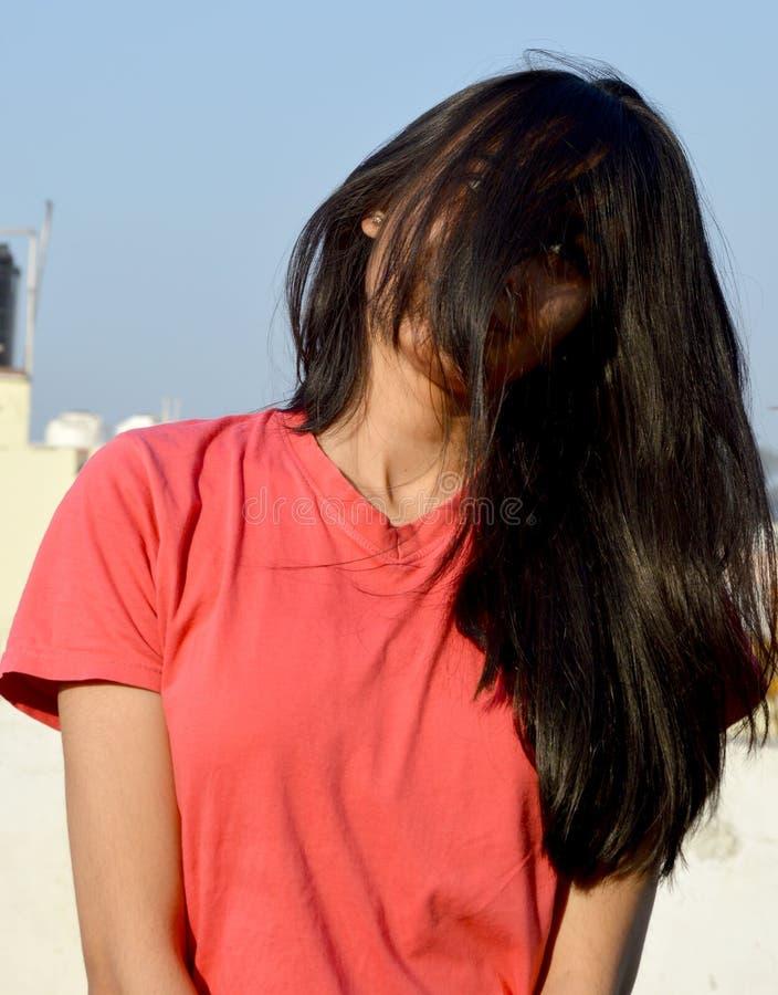 Портрет спрятанного девочка-подростка стороны стоковое фото