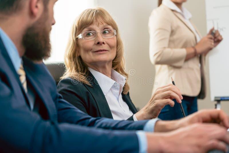 Портрет средн-постаретой женщины с впечатляющей карьерой во время стоковые изображения rf