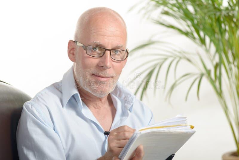 Портрет средн-постаретого человека стоковое фото