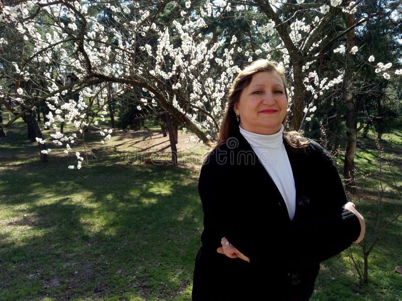 Портрет средн-постаретой женщины стоковые фотографии rf