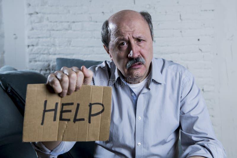 Портрет старика старшия зрелого на его дома боли чувства кресла 60s одной унылых и потревоженных страдая и депрессии стоковое фото rf