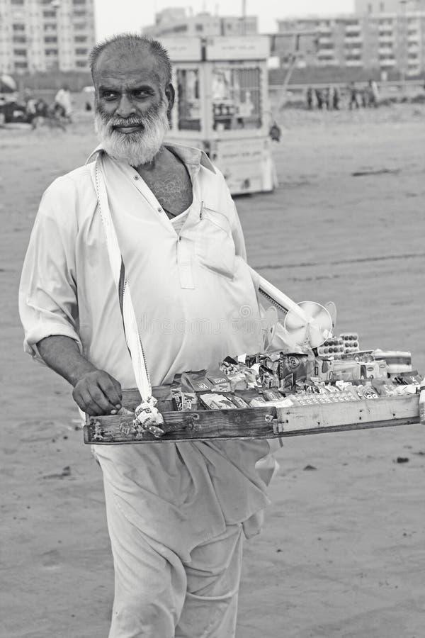 Портрет - старик на пляже Клифтона, Карачи, Пакистане стоковая фотография