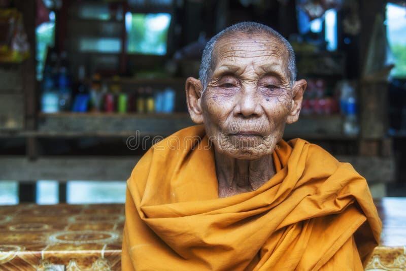 Портрет старого буддийского монаха в Vang Vieng, Лаосе стоковые изображения