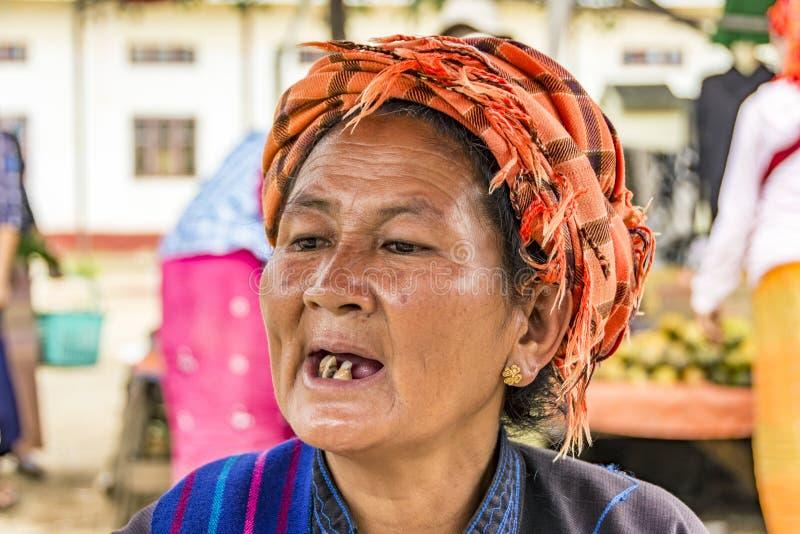 Портрет старой бирманской женщины в языческом стоковые фотографии rf