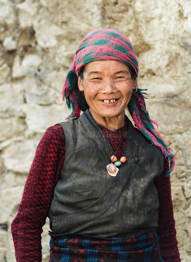 Портрет старой усмехаясь nepalese женщины в соотечественнике одевает nea стоковые фотографии rf