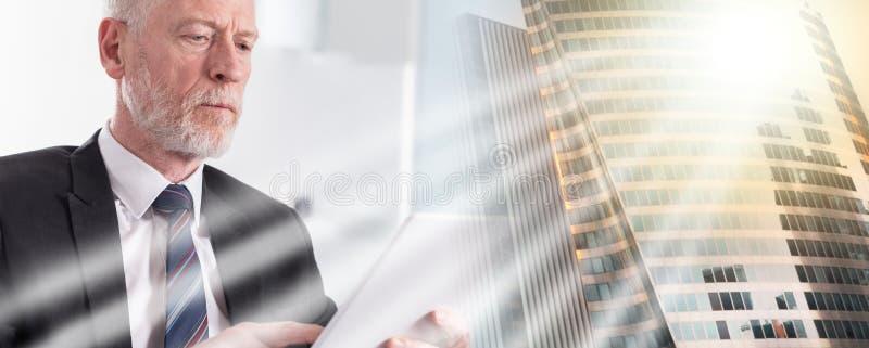 Портрет старшего бизнесмена работая на планшете; множественная выдержка стоковые изображения