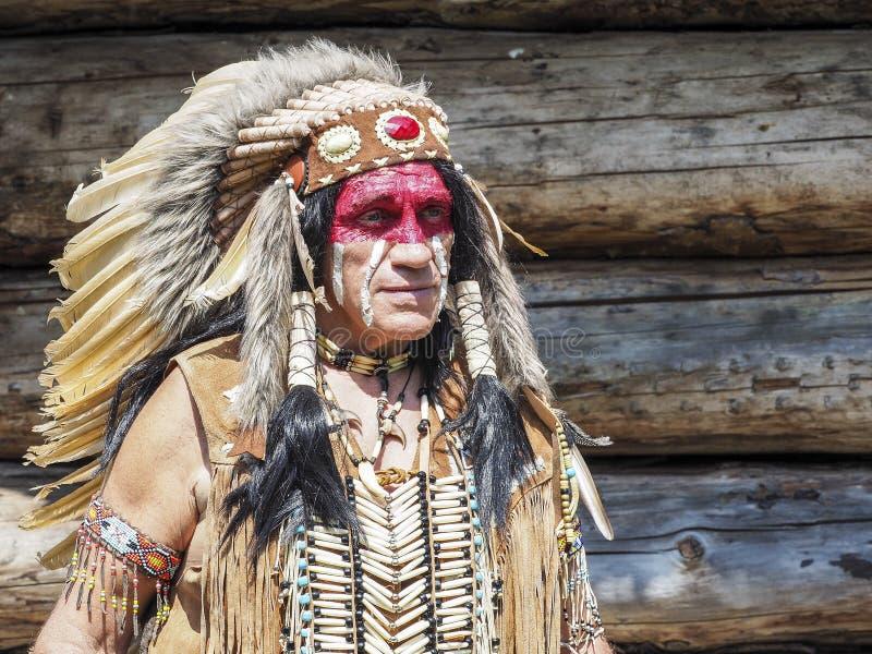 Портрет старшего индейца Америки, с традиционным костюмом стоковое фото rf