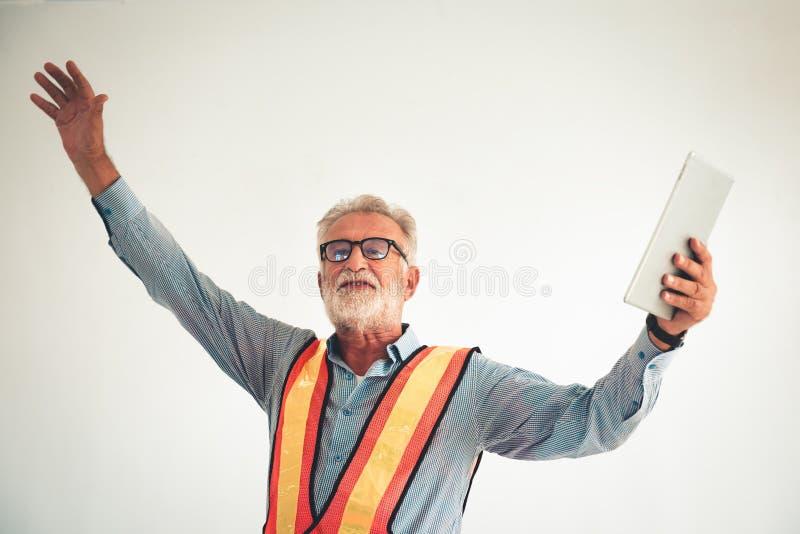 Портрет старшего инженера представление его проект против стоковые изображения rf