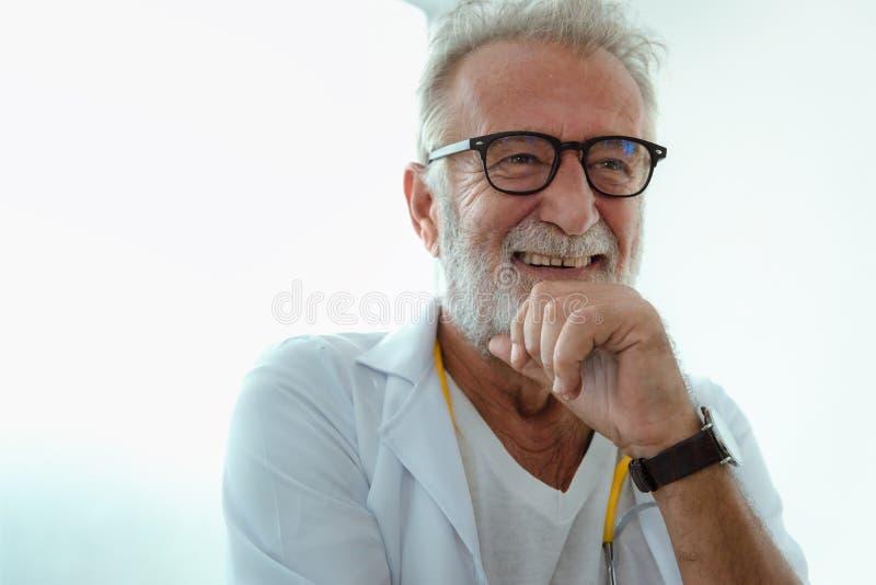 Портрет старшего смеясь над доктора стоковые фотографии rf