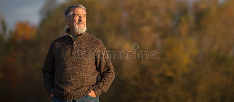 Портрет старшего человека outdoors, идя в парк стоковые фотографии rf
