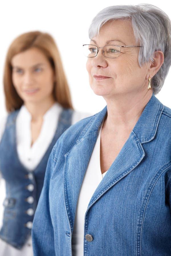 Портрет старшей женщины в джинсах стоковое фото