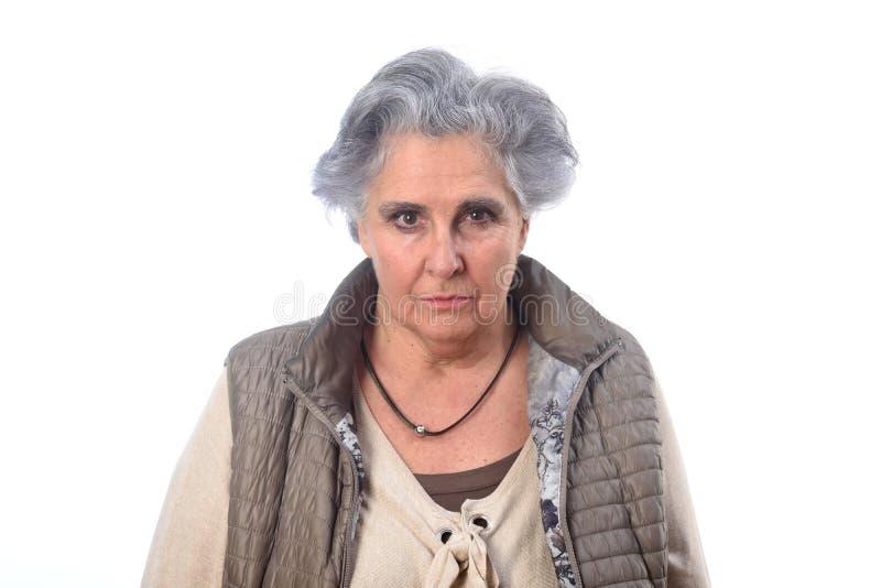 Портрет старшей женщины на белой предпосылке стоковое изображение rf