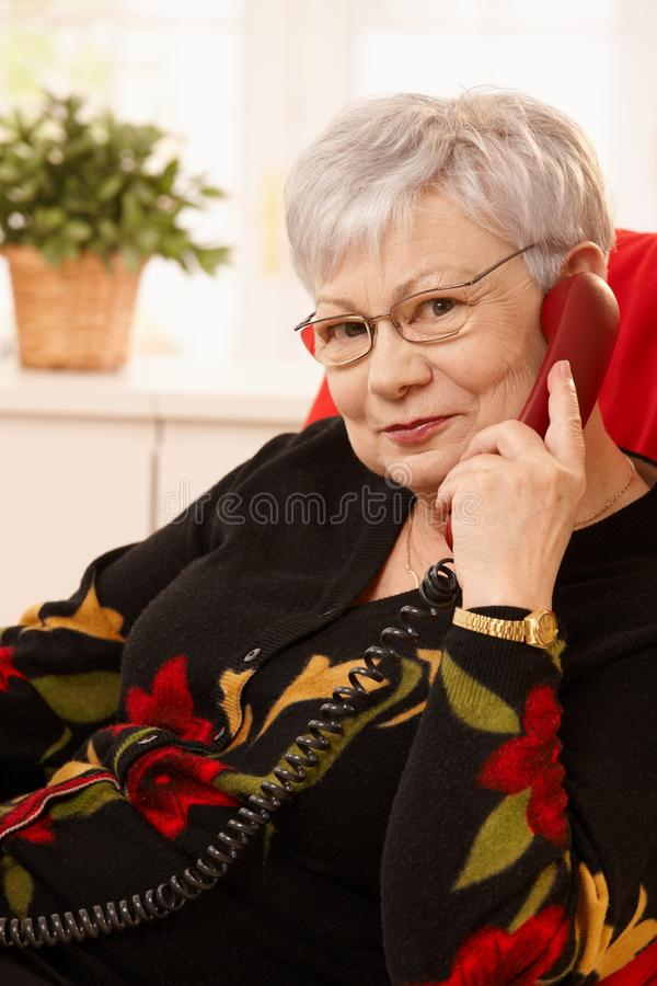 Портрет старшей женщины на телефонном звонке стоковые изображения