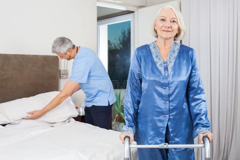 Портрет старшей женщины с идя рамкой на стоковое фото rf