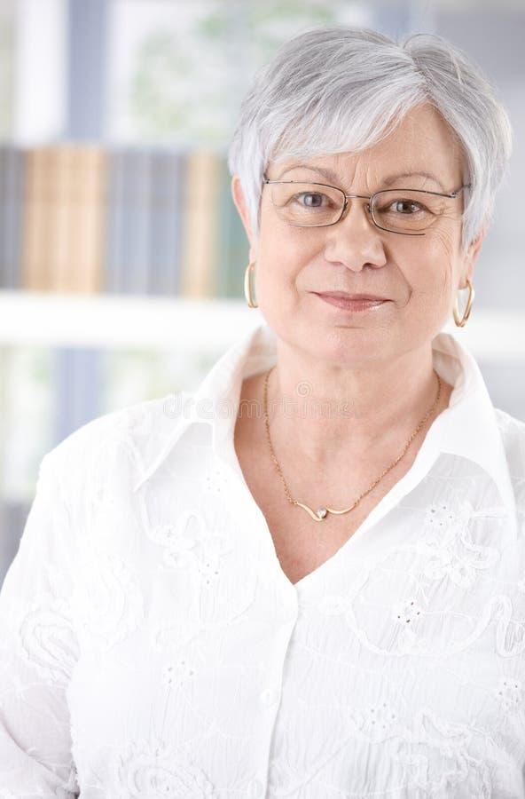 Портрет старший усмехаться женщины стоковая фотография