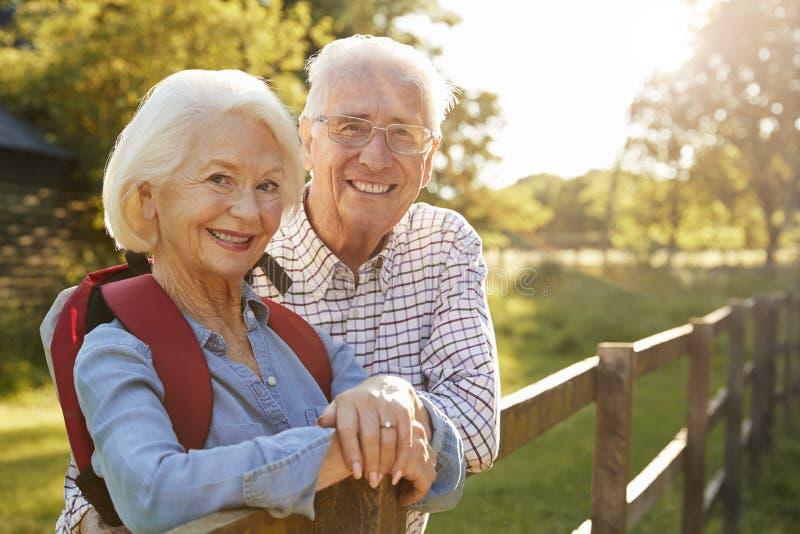 Портрет старших пар в сельской местности совместно стоковые фото