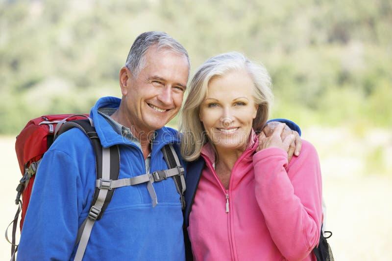 Портрет старших пар на походе стоковое фото