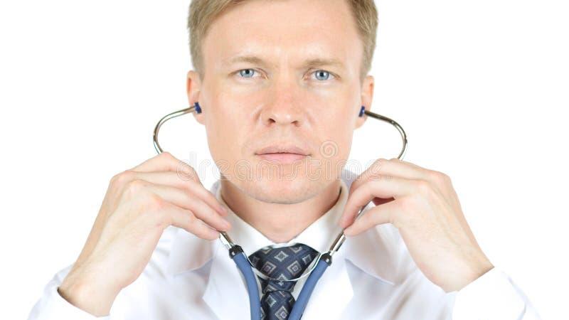 Портрет стетоскопа доктора нося, белой предпосылки стоковые фотографии rf