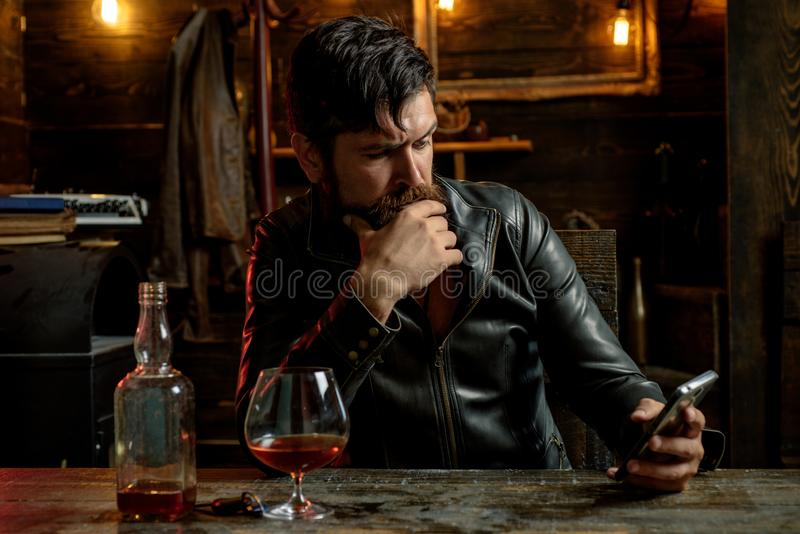 Портрет стильной бороды человека Винтажная парикмахерская, брея Красота людей, мода Мужские борода и усик Сексуальный мужчина стоковая фотография rf