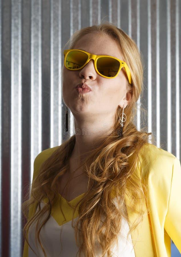 Портрет стильной счастливой женственной женщины делая гримасу поцелуя стоковая фотография rf