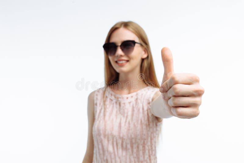Портрет стильной эмоциональной девушки которая показывает cla жестов рукой стоковое фото rf