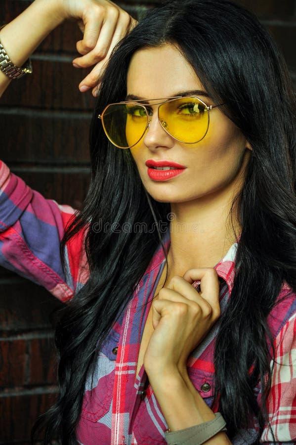 Портрет стиля улицы женщины брюнет очарования молодой с красивым составом стоковые фотографии rf