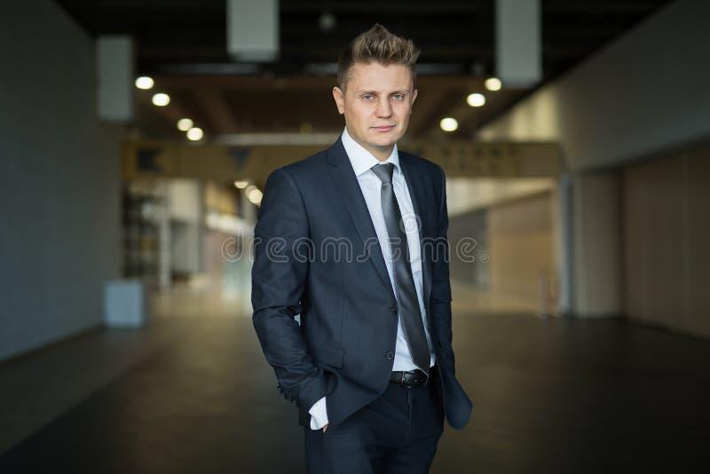 Портрет стильного средн-постаретого бизнесмена стоковые фотографии rf