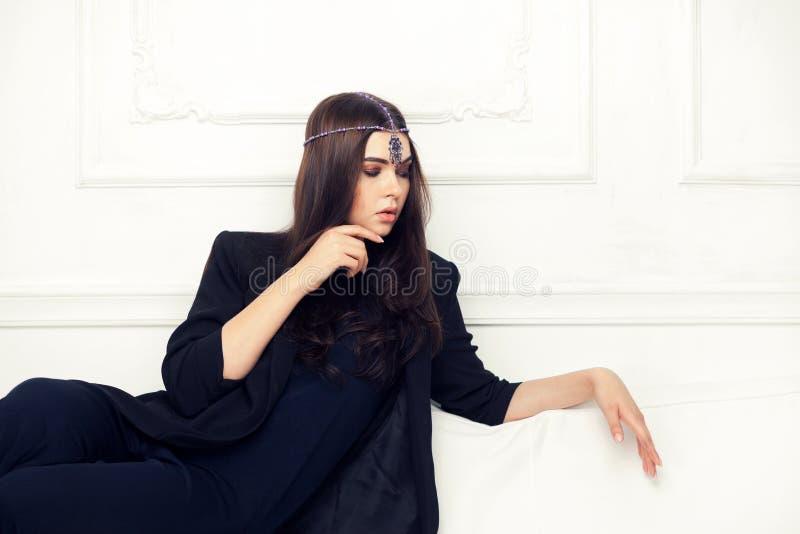 Портрет стиля моды красивой женщины брюнет на софе с стоковое фото rf