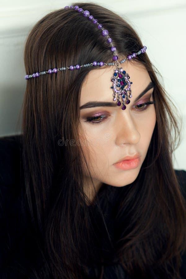 Портрет стиля моды красивой женщины брюнет с ornam волос стоковое фото rf